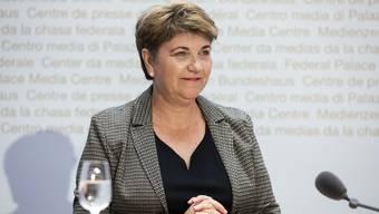 Hat ihre erste Abstimmung gewonnen, wenn auch äusserst knapp: Bundesrätin Viola Amherd kurz vor Beginn der Medienkonferenz am Abstimmungssonntag.