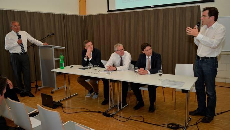 Walter Sahli, Grenchner Wirtschaftsrat, interviewt Stefan Nobs (Lyss), Kurt Fluri (Solothurn), François Scheidegger (Grenchen) und Thomas Gfeller (Biel, von links).