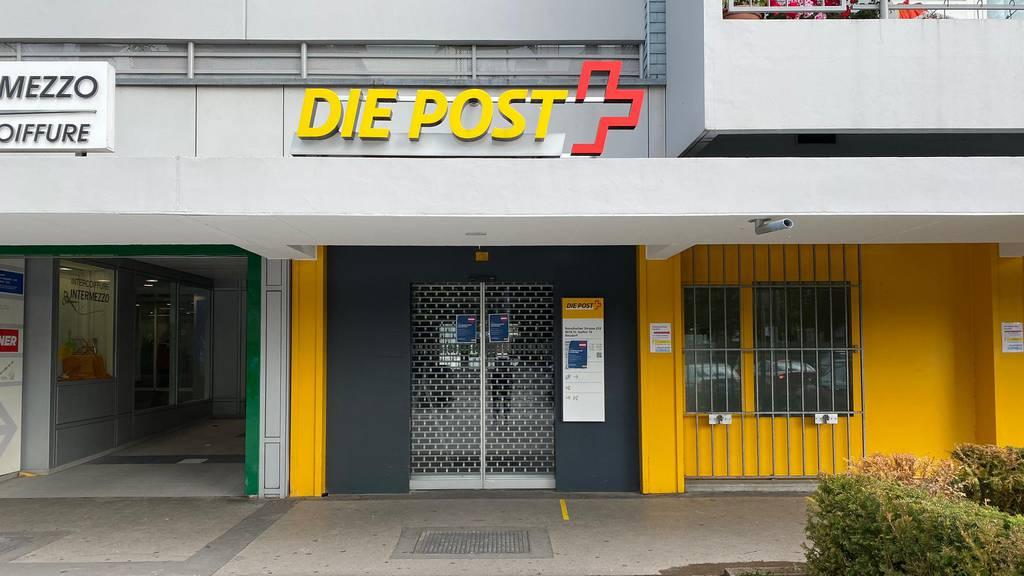 Bewaffnete fesseln Postangestellte und fliehen wegen Alarm