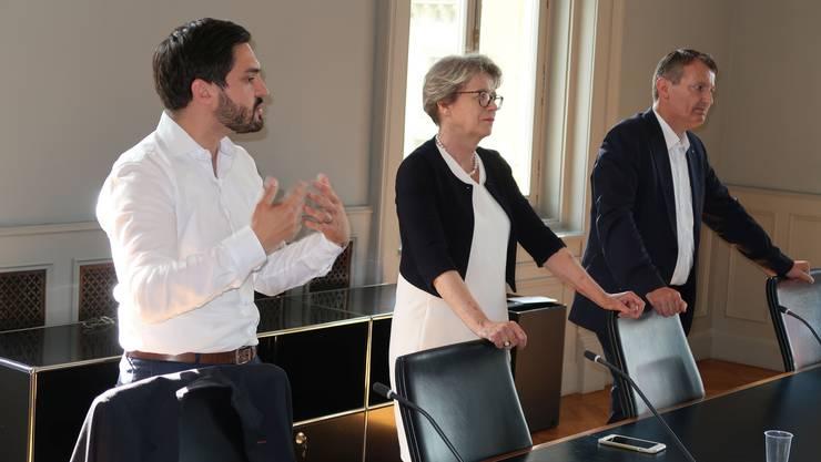 «Chance auf Regierungssitz verspielt.» Cédric Wermuth (links) attackiert im Bundeshaus SVP-Chef Thomas Burgherr (rechts) im Beisein einer Besuchergruppe aus Zofingen. In der Mitte: die abtretende FDP-Nationalrätin Corina Eichenberger.
