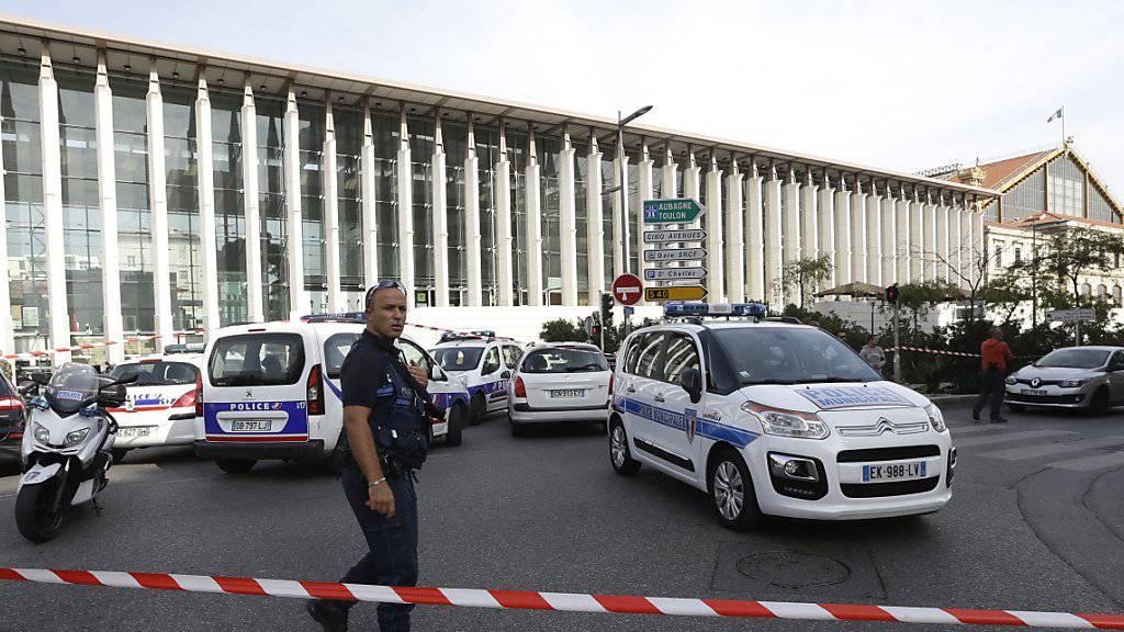 Abgesperrter Vorplatz von Marseilles Bahnhof Saint-Charles nach dem mutmasslichen Terroranschlag