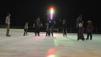 Kinder und Jugendliche auf der Eisfläche im Eglisee am Schruubedämpferlifest.
