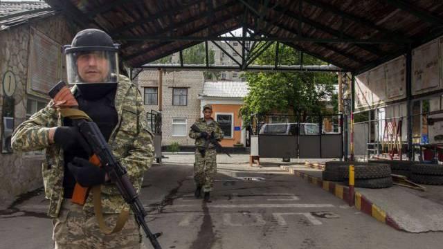 Prorussische Kämpfer am Mittwoch ausserhalb der Stadt Lugansk