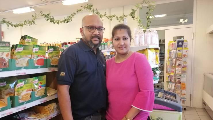 Die neuen Ladenbetreiber: Ramanan (links) und Jeyasuthajini Mahendran im Laden, den sie in Ramlinsburg betreiben