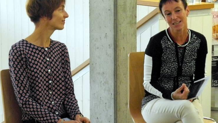 Claudia Steiner (links) und Doris Michel präsentieren ihre Lieblings-Neuerscheinungen.