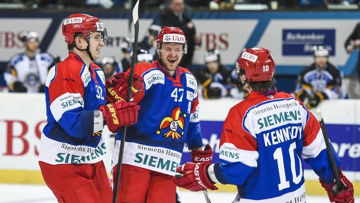 Freude über den ersten Sieg nach vier Spengler-Cup-Niederlagen in Serie (letztes Jahr eingerechnet): Arturs Kulda, Ville Lajunen und Tim Kennedy freuen sich über ein Jokerit-Tor.