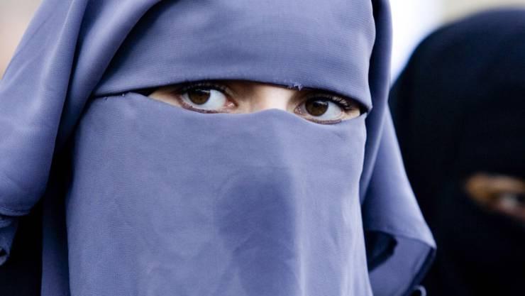 Mit so einem Gesichtsschleier darf die Frau nicht am Unterricht eines Abendgymnasiums teilnehmen. (Symbolbild)