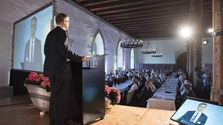Verwaltungsratspräsident Peter Wanner spricht vor den Aktionären auf Schloss Lenzburg.