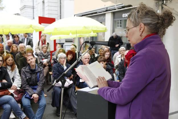 Katharina Geiser liest auf dem Klosterplatz