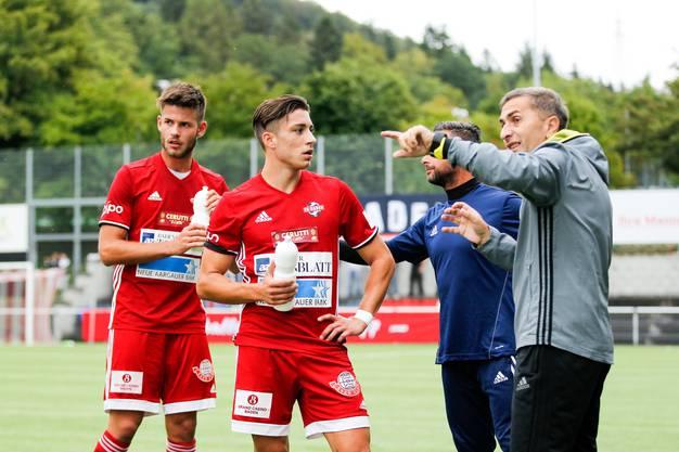 Marco Corradi (Nr.15, FC Baden), Kevin Spadanuda (Nr.13, FC Baden) und Ranko Jakovljevic (Trainer) im Spiel FC Baden gegen den FC Red Star aufgenommen im Stadion Esp in Baden am 25. August 2018.