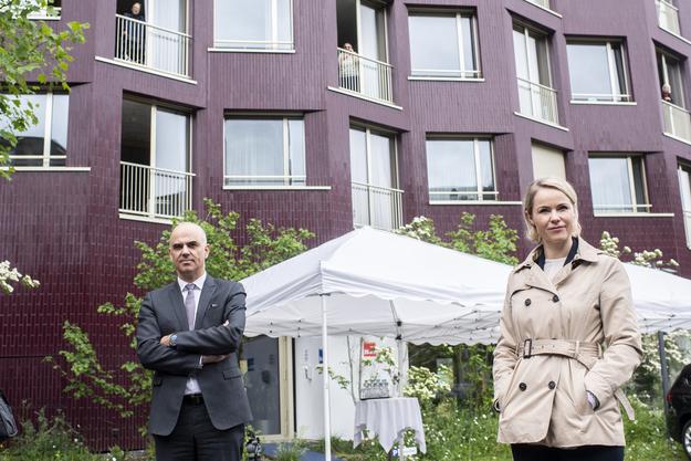 Bundesrat Alain Berset und die Zürcher Regierungsrätin Natalie Rickli besuchen gemeinsam ein Altersheim.