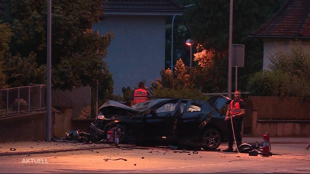 Mercedes fängt Feuer nach Unfall in Olten