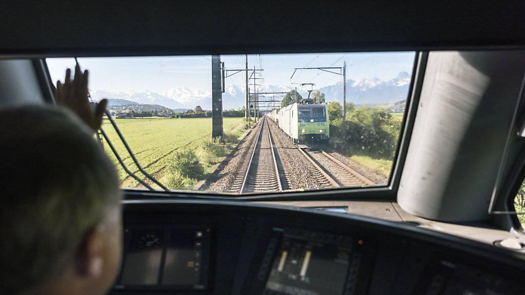Die BLS - hier ein Zug im Berner Aaretal - schickt Ende 2019 noch keine Interregio-Züge nach Biel und Olten. (Archivbild)