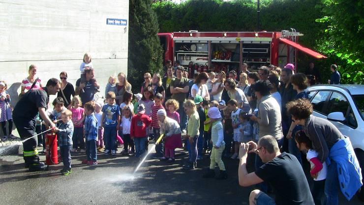 DIe Kinder der Spielgruppe Märliwald spielen Feuerlöschen