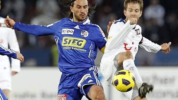 Der Grenchner FCZ-Spieler Silvan Aegerter (rechts) im Duell mit Hakan Yakin