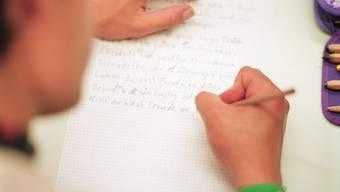 Das Bundesamt für Statistik geht davon aus, dass rund 800'000 Menschen in der Schweiz nicht richtig lesen und schreiben können (Themenbild).