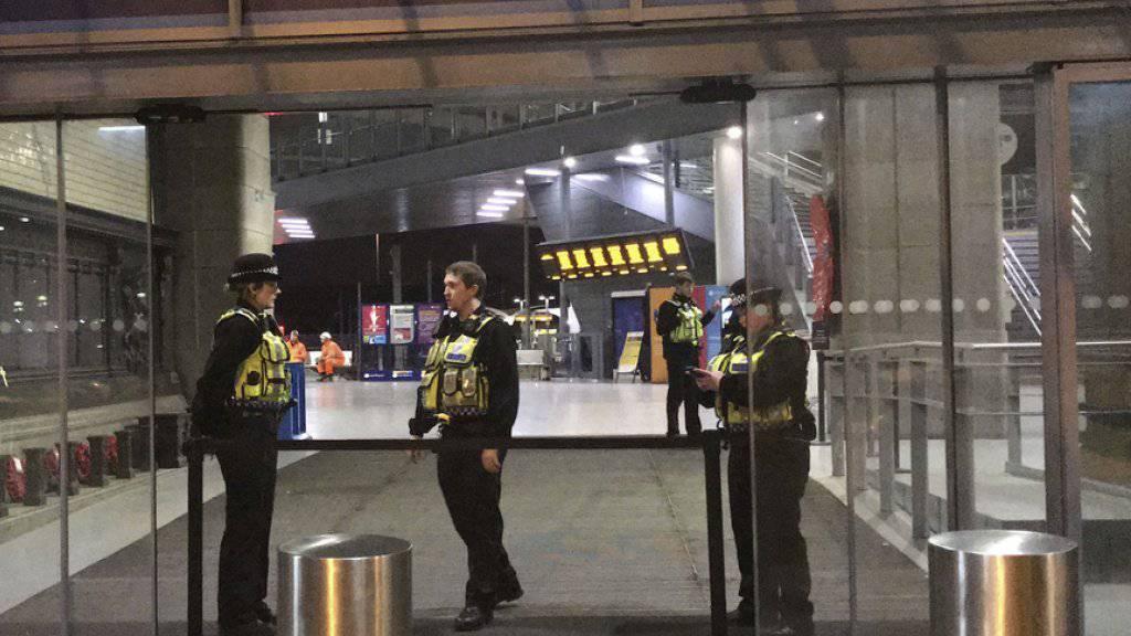 Bei einer Messerattacke in Manchester sind am Silvesterabend drei Menschen verletzt worden. Ein Mann, eine Frau und ein Polizist wurden bei dem Angriff in der Nähe des Victoria-Bahnhofs verletzt.