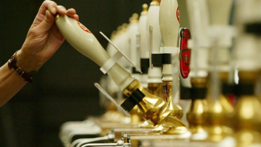 Engpässe bei Kohlendioxid könnten auch das Bier in Grossbritannien knapp werden lassen. (Archivbild)