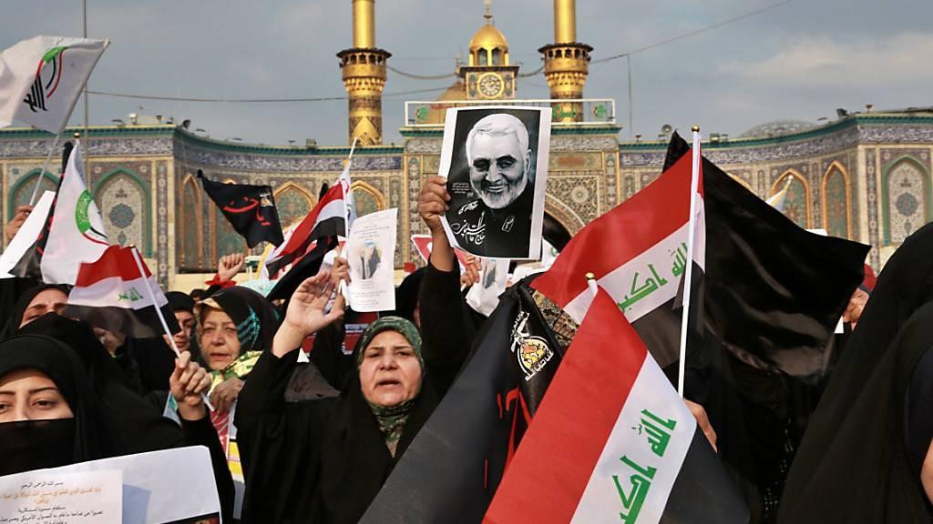 Proteste gegen die Tötung des iranischen Generals Kassem Soleimanis in Kerbala im Irak. Seitdem hat es mehrere Raketenangriffe auf US-Soldaten im Irak gegeben. Bei einem Angriff am Mittwoch auf eine US-Basis  sind drei Menschen gestorben.(Foto: Khalid Mohammed/AP Keystone-SDA)