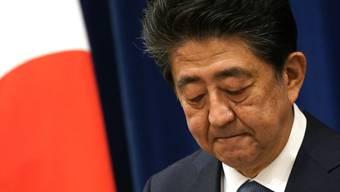 Shinzo Abe, Ministerpräsident von Japan, spricht während einer Pressekonferenz in seiner offiziellen Residenz. Japans rechtskonservativer Regierungschef Abe hat wegen gesundheitlicher Probleme seinen Rücktritt angekündigt. Foto: -/Pool/ZUMA Wire/dpa