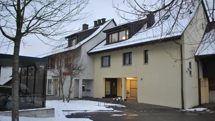 Die Poststelle in Zeiningen im Gebäude der Raiffeisenbank ist seit dem Sommer geschlossen. Nun sucht diese für die Räumlichkeiten einen Nachmieter.