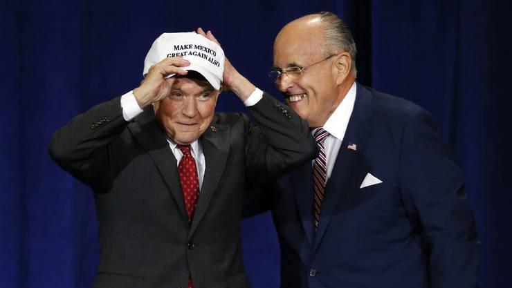 Jeff Sessions (links) und Rudy Giuliani werden als Anwärter auf hohe Posten in der Trump-Regierung gehandelt.