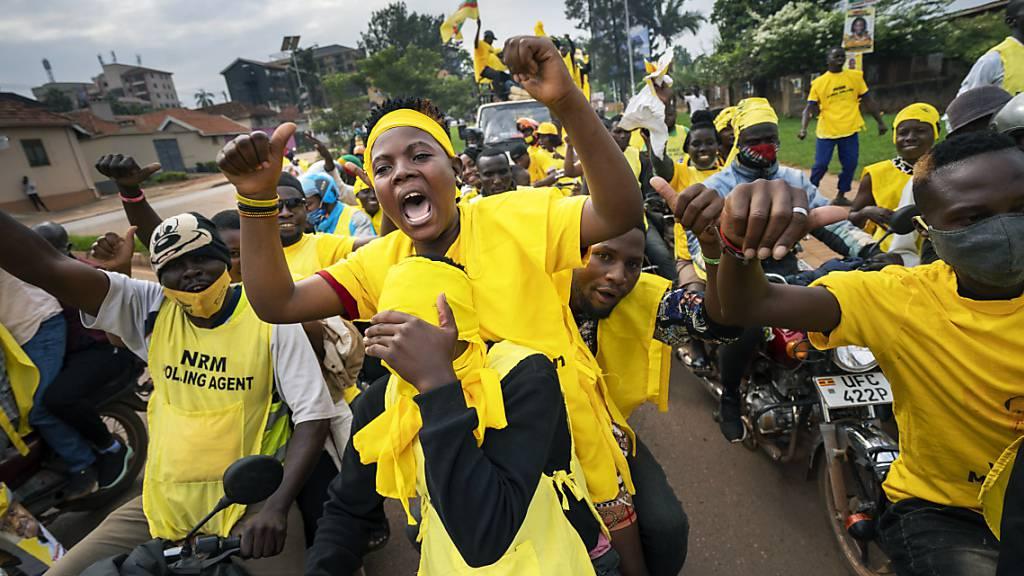 Wahlhelfer und Anhänger des ugandischen Präsidenten Museveni feiern, nachdem dieser zum Sieger der Präsidentschaftswahlen erklärt wurde. Foto: Jerome Delay/AP/dpa