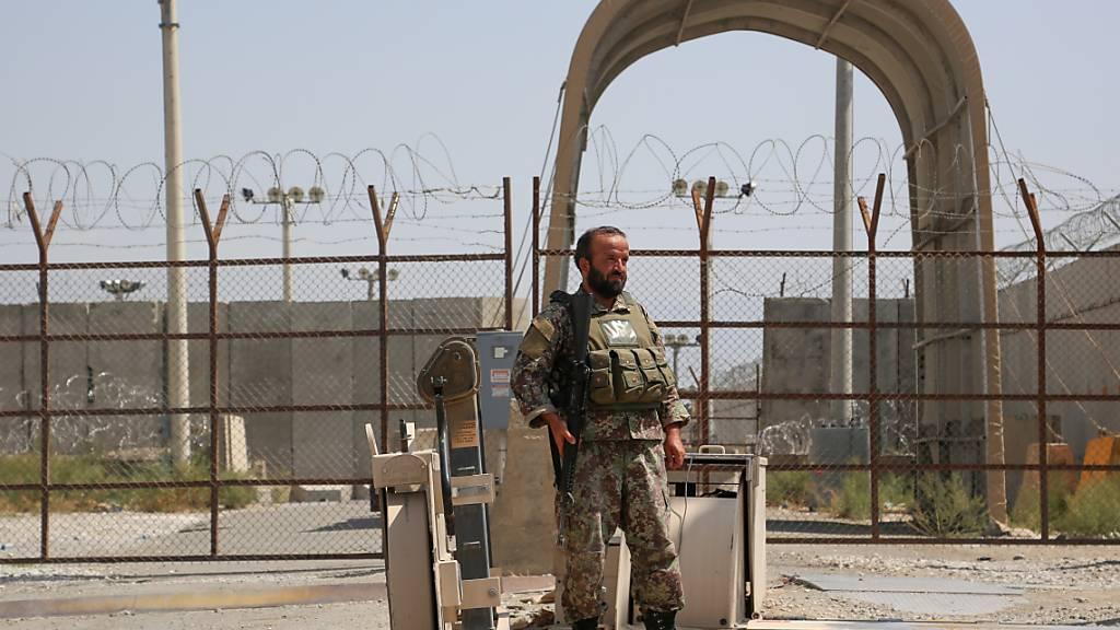 Ein afghanischer Soldat steht an einem Armee-Kontrollpunkt Wache, nachdem alle US- und Nato-Truppen den Stützpunkt in der Provinz verlassen haben. Die Nato hat ihren Militäreinsatz in Afghanistan nach knapp zwei Jahrzehnten beendet. Foto: Sayed Zakeria/Sputnik/dpa
