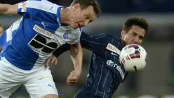 Wuchtig: Kim Källström (links) streckt sich im Duell mit Mario Gavranovic