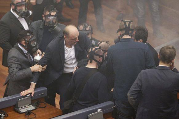 Mit Tränengas protestierten Abgeordnete von Vetevendosje 2016 gegen die Präsidentenwahl