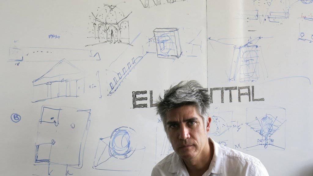 Der chilenische Architekt Alejandro Aravena gewinnt den diesjährigen Pritzker-Preis: Auch die Schweizer Herzog & de Meuron sowie Peter Zumthor sind Träger dieser wichtigen Architektur-Auszeichnung.