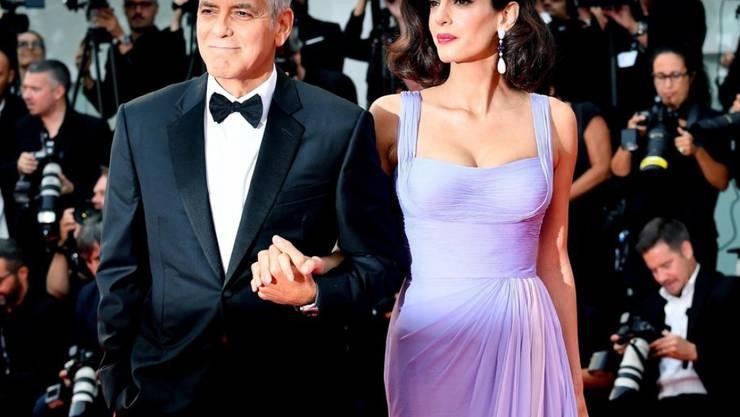 Haben ein Herz für Flüchtlinge: George und Amal Clooney geben einem jungen Iraker eine Chance auf einen Neustart in den USA. (Archivbild)