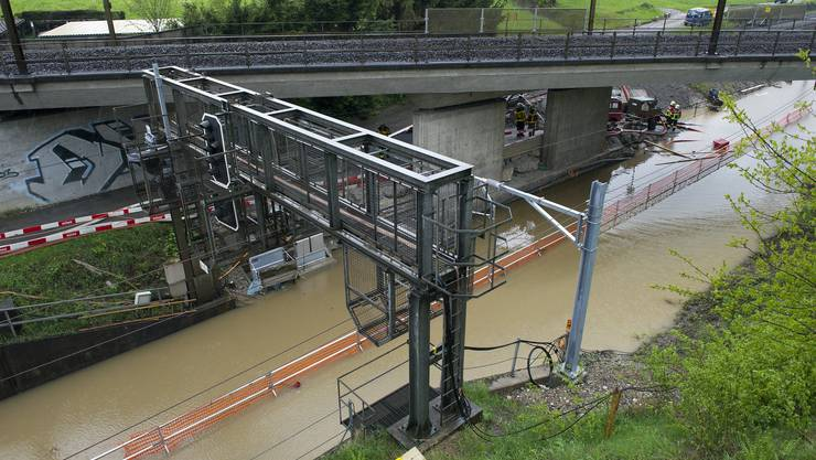 Das starke Unwetter setzte nahe Rotkreuz eine die Eisenbahntrasse unter Wasser.
