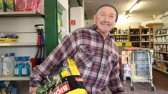 Hans Müller, pensionierte Bauer aus Kirchleerau, kauft regelmässig in der LG Muhen ein.