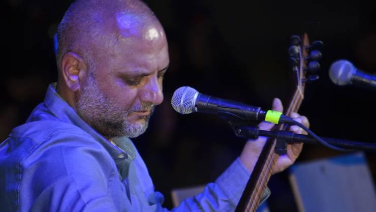Die Polizei holte ihn nach einem Auftritt ab: Sänger Yilmaz Celik, hier bei einem Konzert im April 2018. (zvg / facebook)