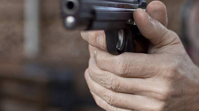 Der Unbekannte bedrohte die Angestellte mit einer Faustfeuerwaffe und forderte die Herausgabe des Bargeldes (Symbolbild)