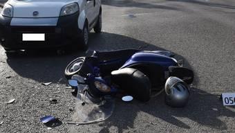 Beim Einbiegen in die Zürcherstrasse kollidierte er aus zurzeit nicht geklärten Gründen mit einem entgegenkommenden, 44-jährigen Autolenker.
