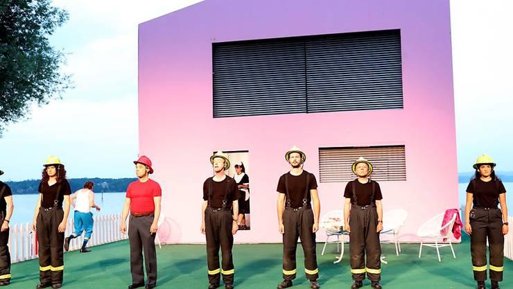 Der siebenköpfige Feuerwehrchor unternimmt nichts gegen die Brandstifter.