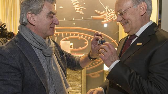 Swatch-Manager Hayek (l.) mit Bundesrat Schneider-Ammann in Basel