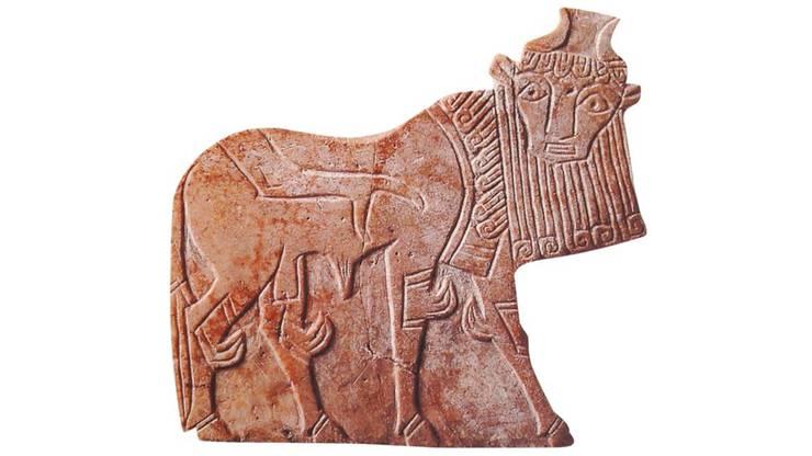 Gefährdete Antiken aus Syrien: Steinrelief (2400 v. Chr.), Keramik- Krug (1800 v. Chr.) und Ohrring aus Aleppo (300 v. Chr.) HO