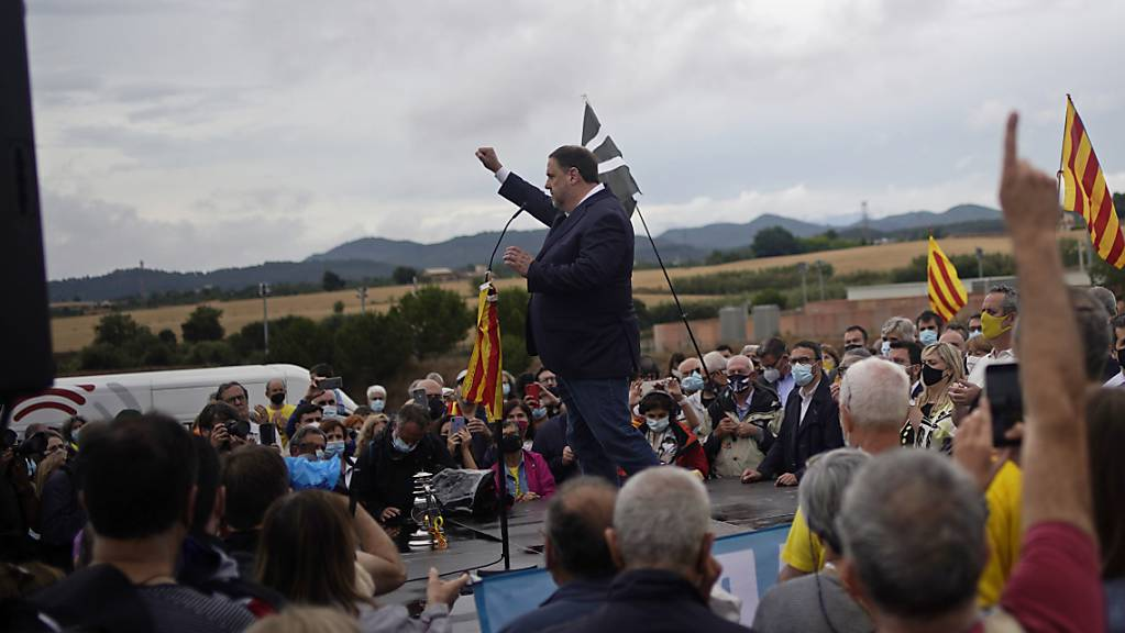 Oriol Junqueras, früherer Vizeregionalchef von Katalonien, der wegen seiner Rolle im Vorstoss für eine unabhängige katalanische Republik 2017 inhaftiert wurde, hebt die Faust.