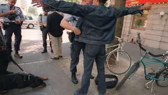 Der Pakistaner wurde von der Polizei kontrolliert und anschliessend festgenommen. (Symbolbild)