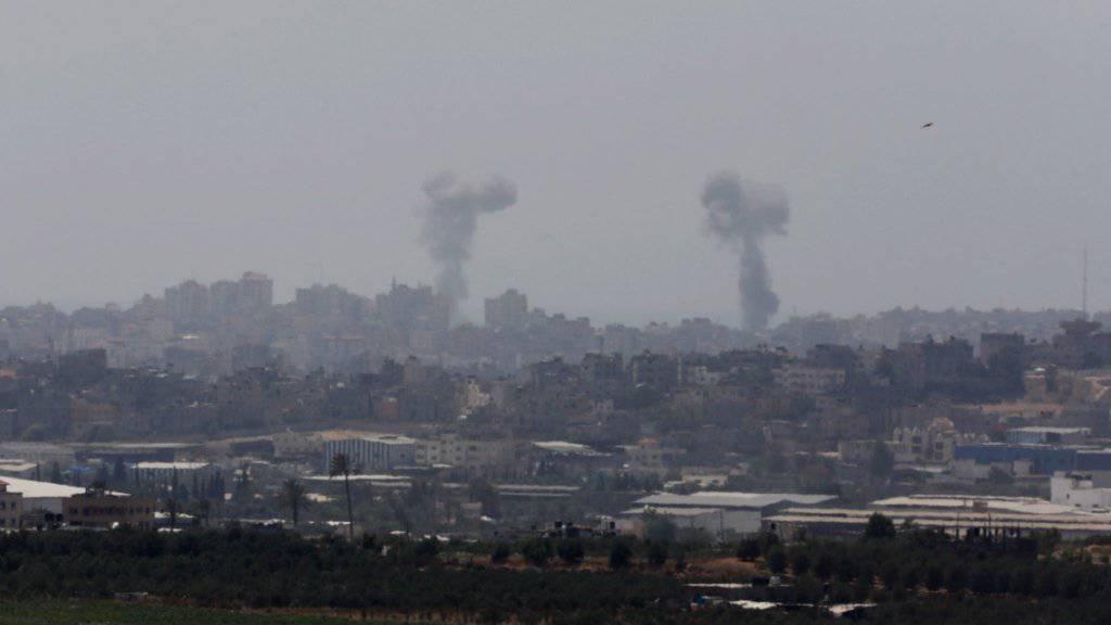 Rauch steigt auf, nachdem israelische Kampfjets Luftangriffe auf Stellungen in Gaza geflogen haben: Bereits nach wenigen Tagen ist die Waffenruhe gebrochen. (Archivbild)