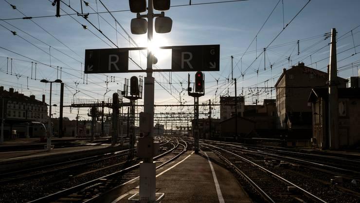 Leerer Bahnsteig in Lyon: Im ganzen Land steht der Bahnverkehr still.