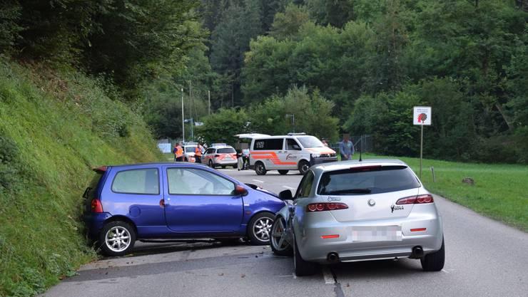 Bei einem Überholmanöver prallte der Fahrer eines grauen Alfa Romeo in ein entgegenkommendes Fahrzeug.