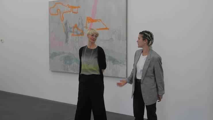 Künstlerin Rebekka Steiger (rechts) im Gespräch mit Kunsthaus-Leiterin Claudine Metzger