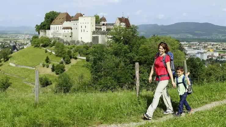 Ein imposanter Aus- und Weitblick bietet sich auf dem Wanderweg oberhalb vom Schloss Lenzburg.