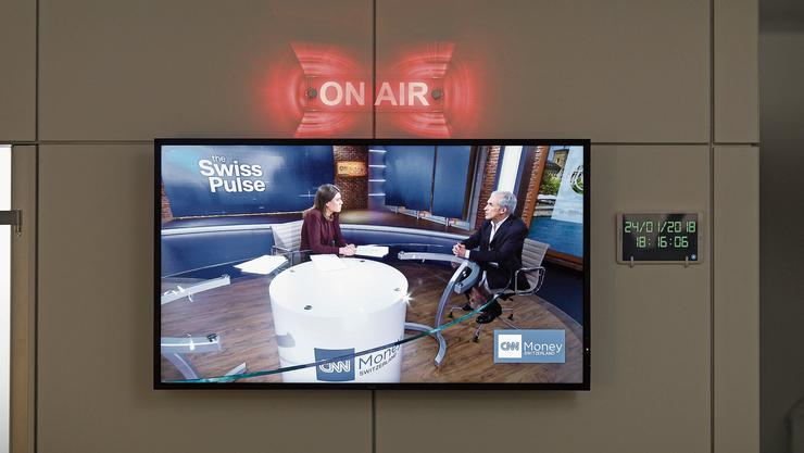 Moderatorin Hannah Wise im Nachrichtenstudio von CNN Money Switzerland in Zürich.