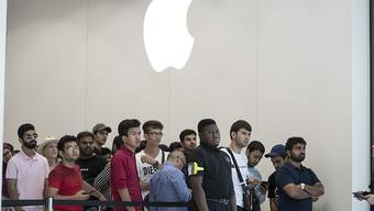 Kunden stehen Schlange vor einem Apple-Geschäft in Dubai bei der Lancierung des neuen iPhone-Modells 11. (Archivbild)