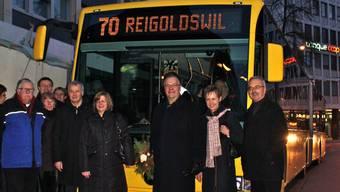 Jungfernfahrt: Erstmals hielt gestern um 8 Uhr der 70er-Bus vor der Migrosbank am Aeschenplatz. Mit an Bord: der Baselbieter Baudirektor Jörg Krähenbühl (Mitte). daw